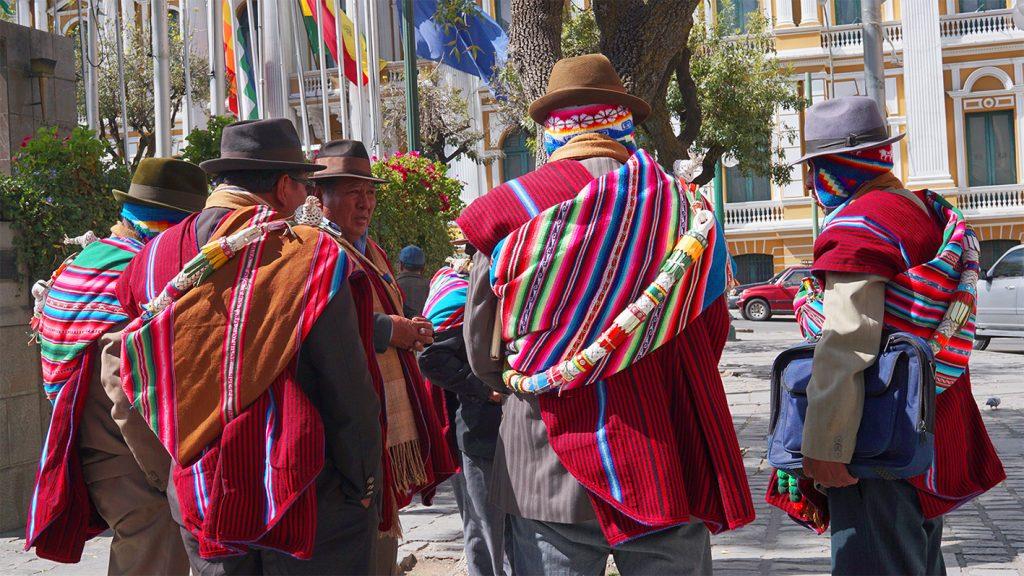 Abitanti di La Paz, contrasto tra antico e moderno