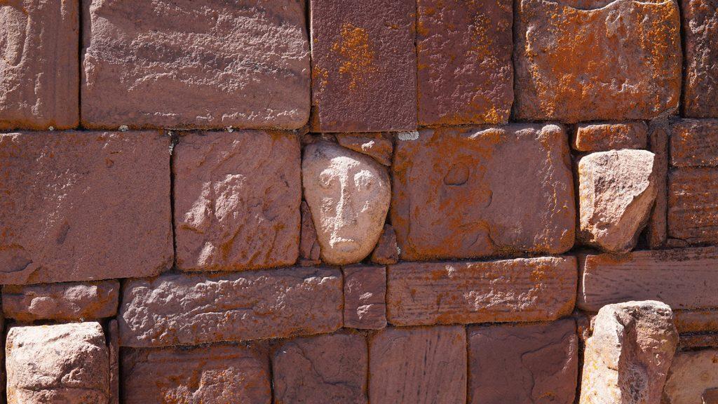 Sito archeologico Tiahuanaco, particolare del tempietto semi-sotterraneo, sculture di visi
