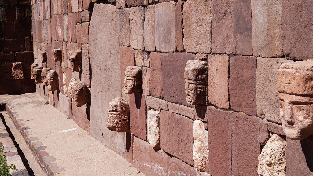 Sito archeologico Tiahuanaco, tempietto semi-sotterraneo, sculture di visi