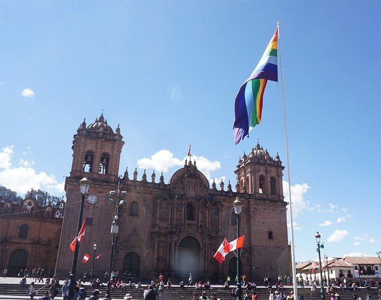 Bandiera arcobalena Plaza de Armas Cusco