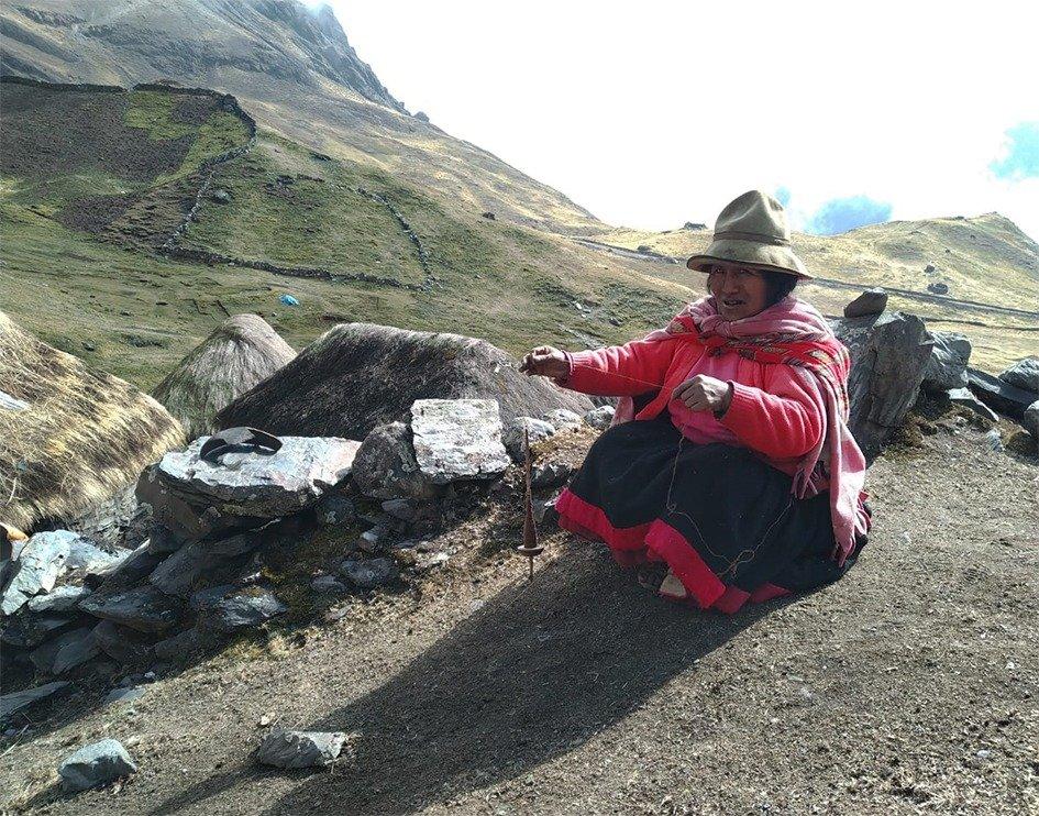 Donna Q'ero fila lana di lama